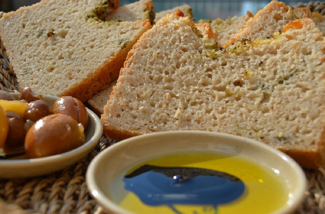 לחם חצילים קלויים, גרגירי חרדל, שום ועשבי תיבול