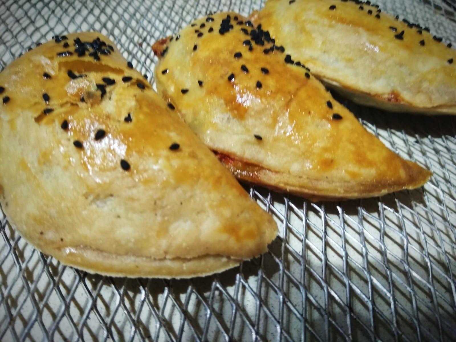 בורקיטס פלפלים קלויים, גבינה ובזיליקום מבצק עלים מהיר